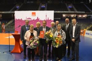 von links: Klaus Wowereit, Preisträgerin Martina Stampke, Karin Halsch, Preisträger Isko Steffan, Sally Rothholz, Dr. Heiner Brandi, Preisträgerin Renate Schlimme, Jan Stöß, Dennis Buchner, MdA
